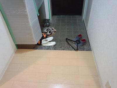施工前 玄関の遮音フローリングと御影石の玄関框
